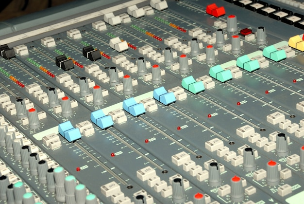 녹음 스튜디오의 오디오 믹싱 콘솔입니다. 사운드 믹서의 페이더 및 노브. 프리미엄 사진