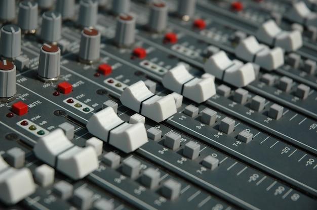 녹음 스튜디오의 오디오 믹싱 콘솔입니다. 사운드 믹서의 페이더 및 노브.