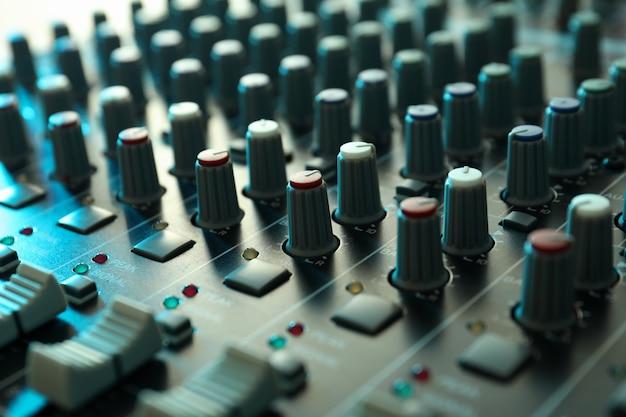 Звуковой микшер, крупный план и выборочный фокус