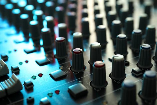 Аудио звуковой микшер, крупный план и выборочный фокус