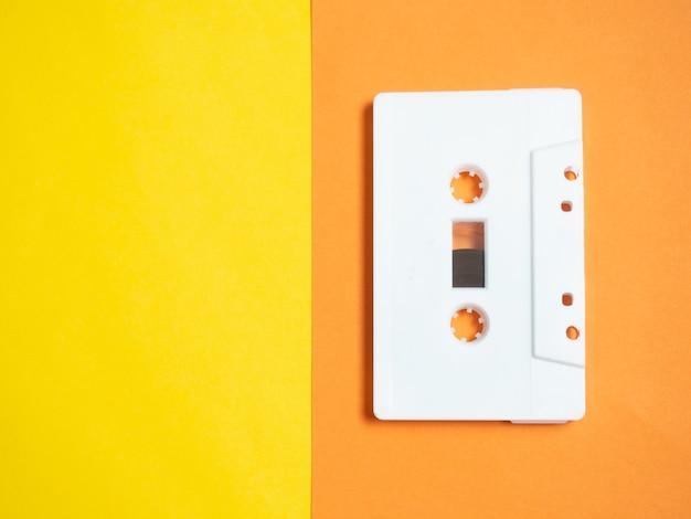 오디오 테이프. 노란색 배경의 빈티지 흰색 오디오 테이프입니다.