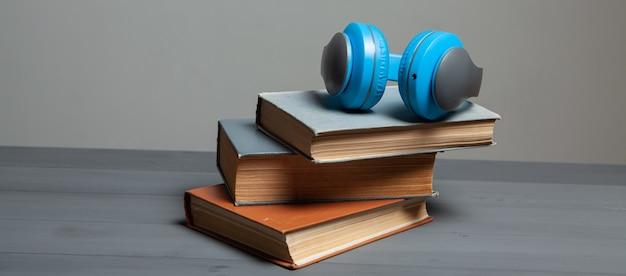 오디오 북 개념. 책과 나무 테이블에 헤드폰