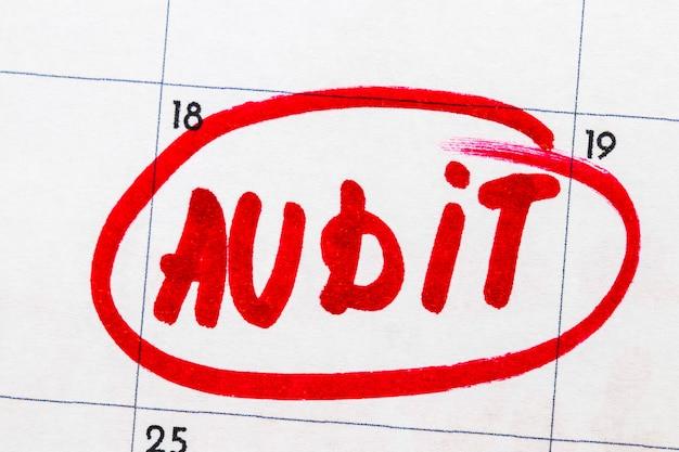 「監査」は、カレンダーに赤いマーカーで書かれたテキストです。