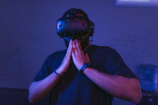 Дополненная реальность. человек удивлен в шлеме vr