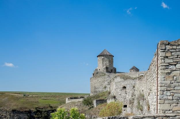 2020年8月12日カメネツポドルスクカミャネツポディルスキー、フメリヌィーツィクィイ地域、ウクライナの古代の要塞城の風光明媚な夏の景色。 kamyanets-podilskyロマンチックな街