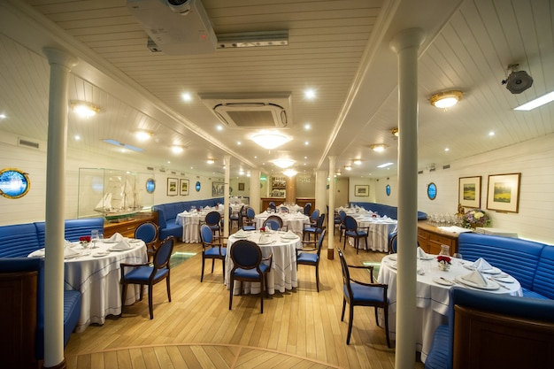 2017年8月16日、リトアニア、クライペダ大型帆船のレストランの形をしたキャビン