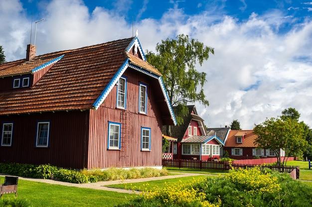 2017 년 8 월 17 일 pervalka 마을, 리투아니아, 마을의 오래된 리투아니아 전통 목조 주택.