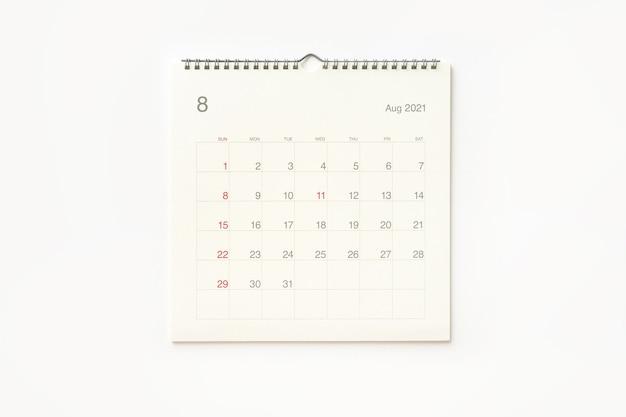 Страница календаря августа 2021 года на белом фоне. фон календаря для напоминаний, бизнес-планирования, встреч и мероприятий.