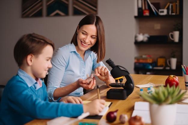 Тетя и племянник вместе делают домашнее задание
