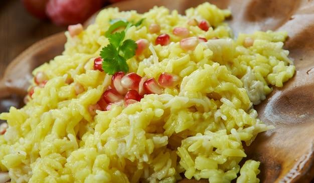 おばさんアルメニアライスピラフ、麺とチキンブロスを使ったご飯料理、アルメニア料理、伝統的な盛り合わせ料理、上面図。