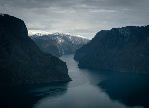 노르웨이에서 봄에 stegastein 관점에서 aurland fjord는 물과 눈 산에 보트에