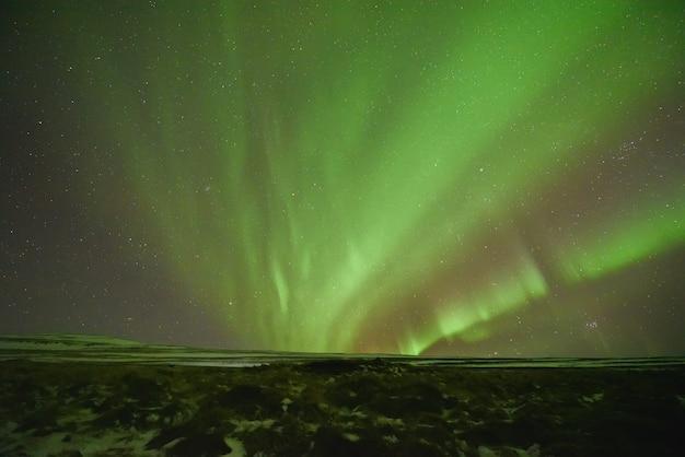 겨울에 북쪽 아이슬란드에서 산 위의 오로라 보 리 얼리스