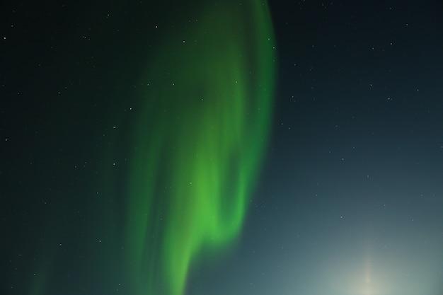 星空を背景にしたオーロラ