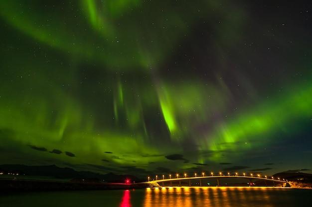 オーロラ、北ヨーロッパの山々に広がる劇的な極光