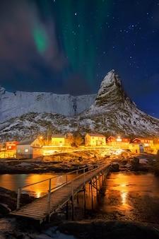 Aurora borealis over hammarskaftet.