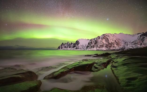 エルスフィヨルドの上のオーロラ。夜のセンジャ島。ノルウェー