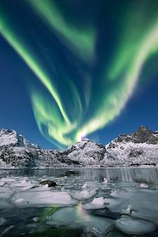 Aurora boreale nel cielo