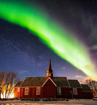 밤에 교회 성소 위에 별이 빛나는 오로라 보 리 얼리 스, lofoten 섬, 노르웨이