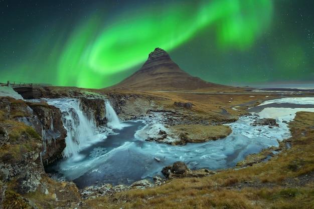 天の川銀河、アイスランド、夜の写真とオーロラ