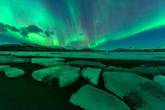 아름다운 산 위로 떠오르는 오로라. 아이슬란드에서
