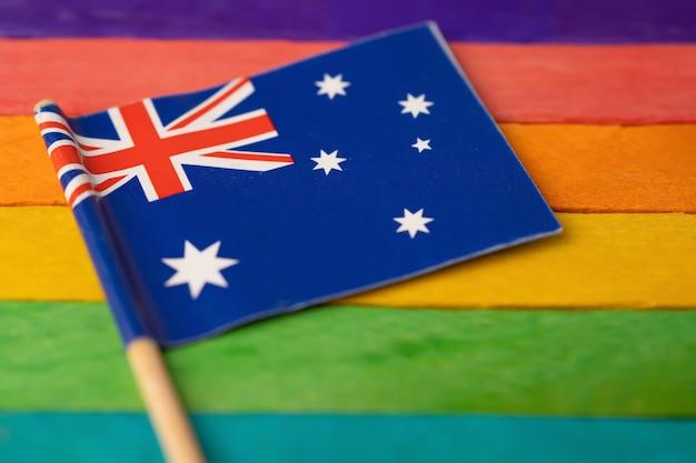 Флаг австралии на радуге, символ общественного движения лгбт-месяца гей-парада. радужный флаг - символ лесбиянок, геев, бисексуалов, трансгендеров, прав человека, терпимости и мира.