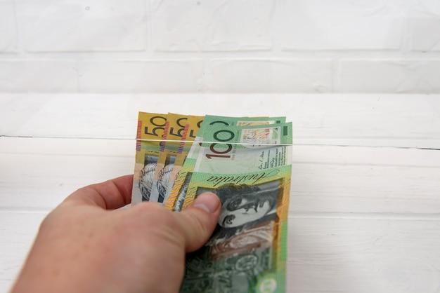 交換のために手渡すオーストラリア ドル紙幣
