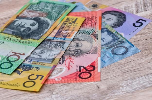 木製のテーブルの背景にオーストラリアドル紙幣