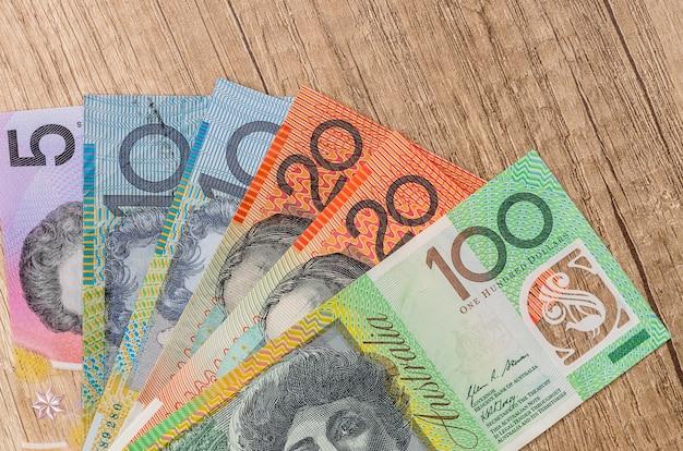나무 테이블에 호주 달러를 닫습니다.