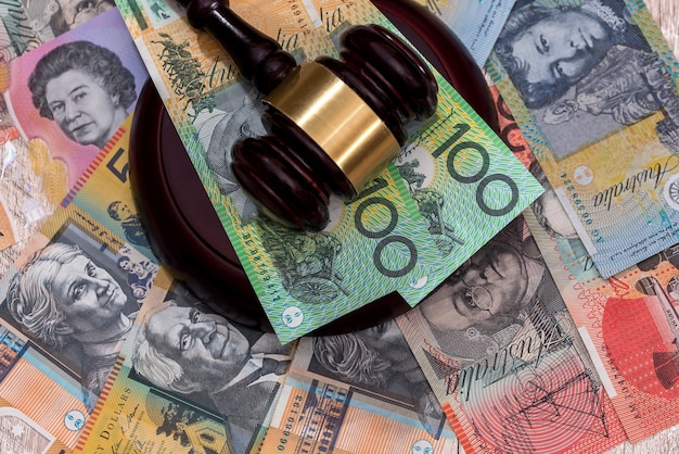 裁判官のガベルの下でオーストラリアドルがクローズアップ