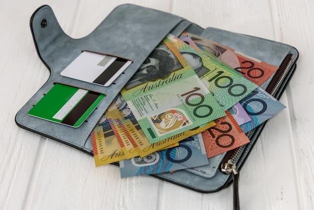 지갑에 신용 카드로 호주 달러
