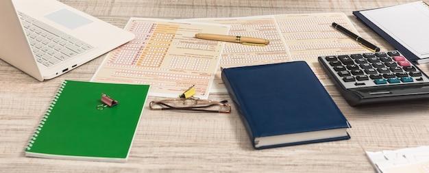 オーストラリアの税申告書と木製のテーブルのペン