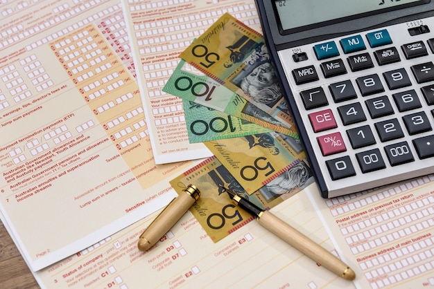 계산기와 호주 달러가 포함 된 호주 세금 양식
