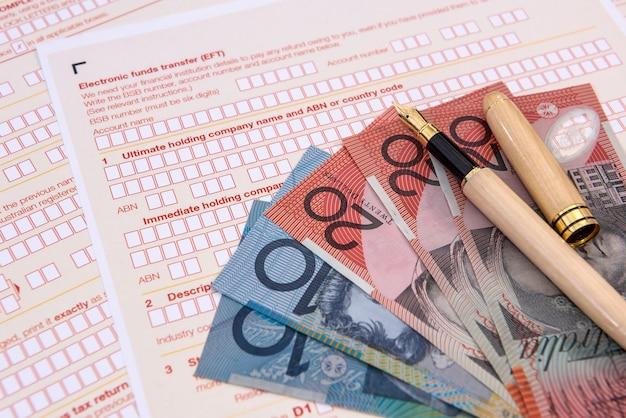 다채로운 호주 달러 지폐와 호주 세금 양식을 닫습니다.