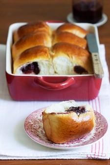 베이킹 접시에 체리를 채운 오스트리아 빵. 소박한 스타일, 선택적 초점.