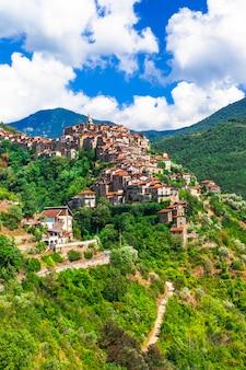 Аутентичная красивая деревня на вершине холма априкале, лигурия, италия