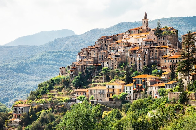 Аутентичная красивая деревня априкале, лигурия, италия