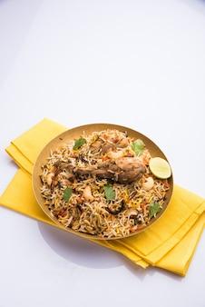 Аутентичный куриный бирьяни подается в миске или тарелке. выборочный фокус