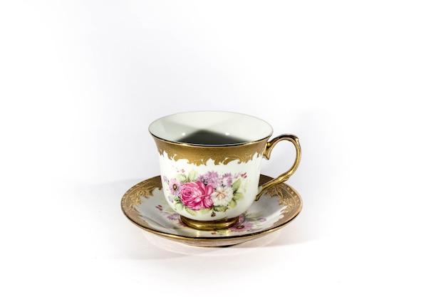 Аутентичная чашка с золотой гравировкой на белом фоне
