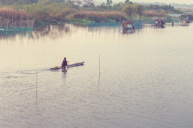 Аутентичная рыбацкая деревня на острове филиппины