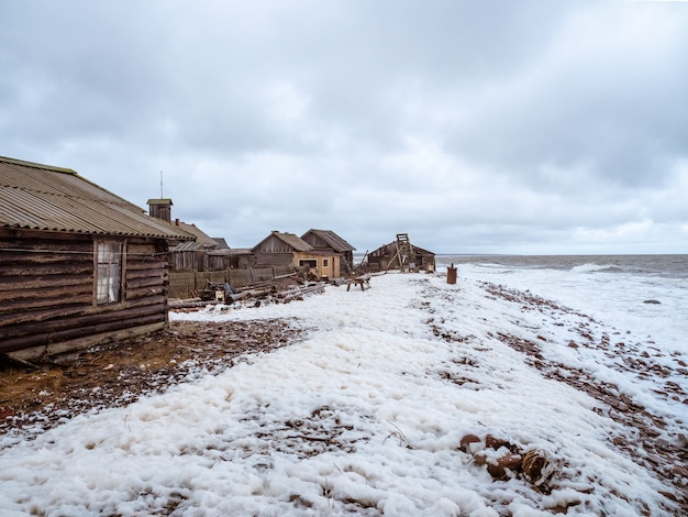荒れ狂う白海のほとりにある本格的な漁村。コラ半島。ロシア。