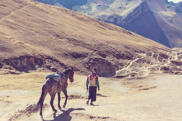 ペルー、クスコ地方のヴィニカンカでの本格的なガイドサービス。 montana de siete colores、レインボーマウンテン。