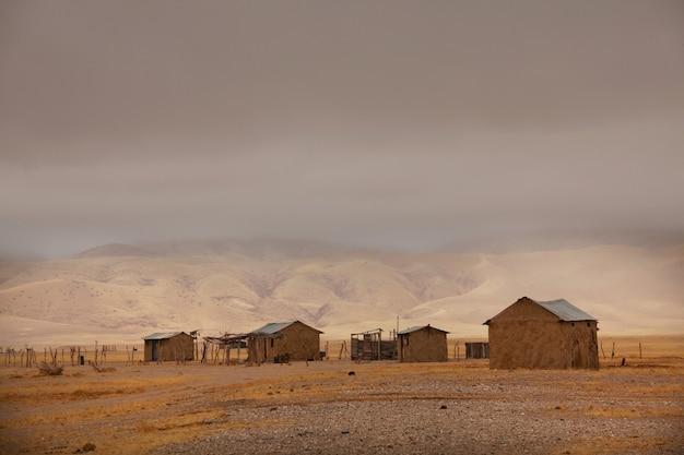 ナミビアのアフリカの砂漠にある本物の小屋