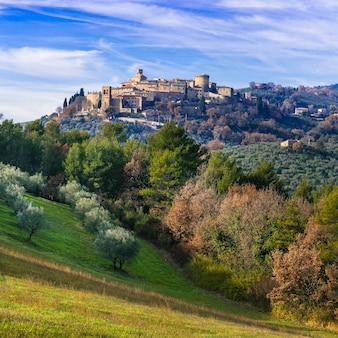 Аутентичная средневековая деревня (борго) гуальдо каттанео в умбрии, италия