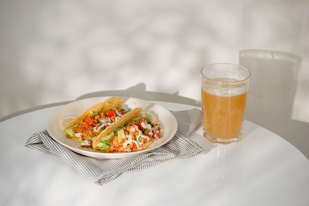 Настоящие мексиканские тако с пивом. мексиканские тако с фаршем, говядиной, фасолью, луком и сальсой