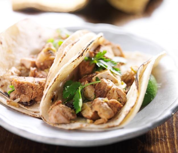 チキンとコリアンダーの本格的なメキシコのタコス