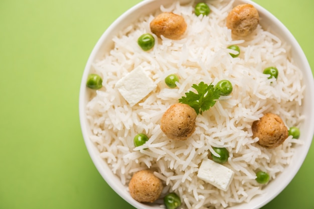 정통 파니르 또는 콩 또는 녹색 완두콩 풀라브 또는 파니르 큐브와 콩 덩어리가 포함된 야채 쌀 또는 채식 비리야니, 선택적 초점