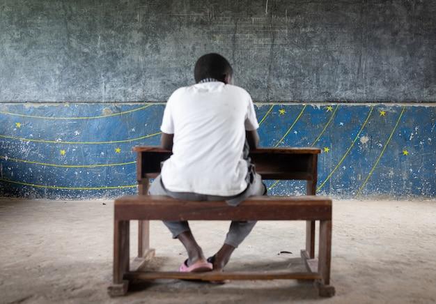 내부에 좋은 소년들이 있는 정통 가난한 학교