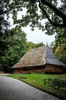 초가 지붕이있는 정통 우크라이나 목조 주택