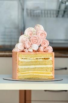 바닐라와 과일을 채우는 스폰지 케이크로 만든 저자 케이크. 머랭 케이크 장식.