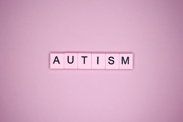 ピンクのテーブルに自閉症の言葉